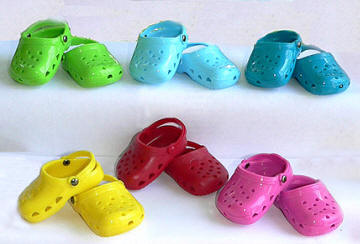 More footwear for dolls: clogs!